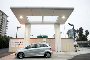 Mercedes-Benz USA First F-Cell Customer Delivery